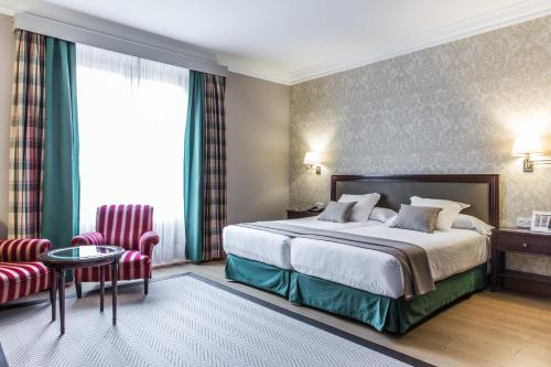 سرير أو أسرّة في غرفة في فندق كارلتون