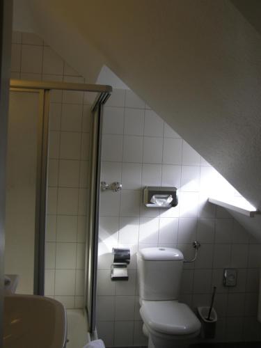 Ein Badezimmer in der Unterkunft Hotel Fährhaus Niederkleveez