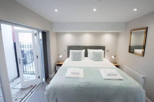 A bed or beds in a room at 1 Bedroom Apartment Billerciay - Hosted by Space Apartments