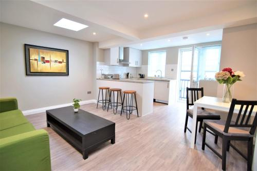 Central BRIGHTON TWO BEDROOM FLAT 4B3S