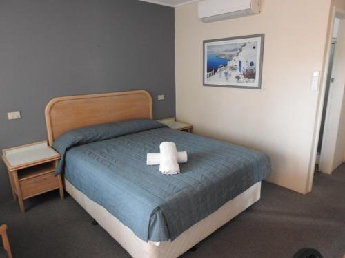 A bed or beds in a room at Chelsea Motor Inn