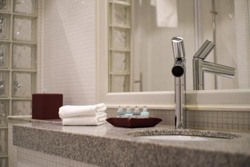 A bathroom at The Sparrow Hotel