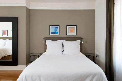 A bed or beds in a room at Herbert Hotel