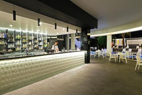 Лаундж или бар в KAILA BEACH HOTEL All Inclusive