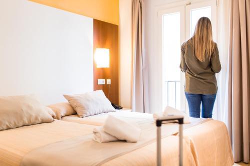 Cama o camas de una habitación en Hostal Ciutadella