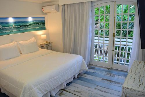 A bed or beds in a room at Auberge de la Langouste
