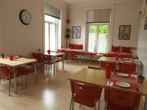 Een restaurant of ander eetgelegenheid bij Hôtel Garni Villa Carmen