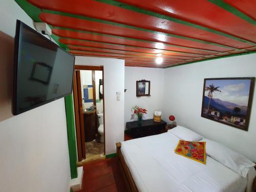 A bed or beds in a room at Hostal Estrella de Agua