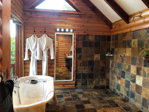 A bathroom at The Fernery Lodge & Chalets