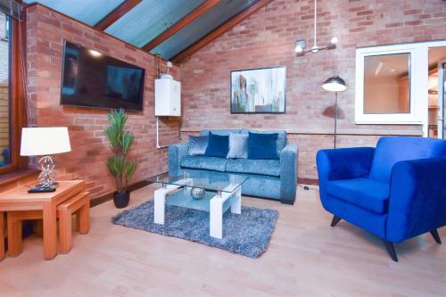 Shenley Brook House - 4 Bedrooms, 5 TV's Conservatory, Balcony, Garden