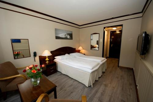 A bed or beds in a room at Bardøla Høyfjellshotell