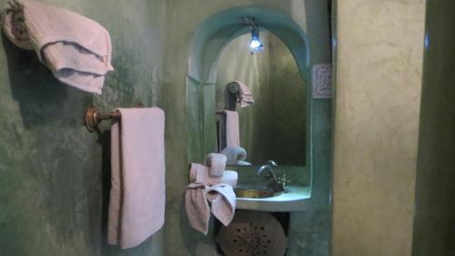 A bathroom at Riad Maizie