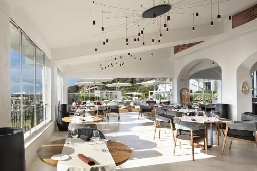 A restaurant or other place to eat at thelocal Hotels Porto Rotondo