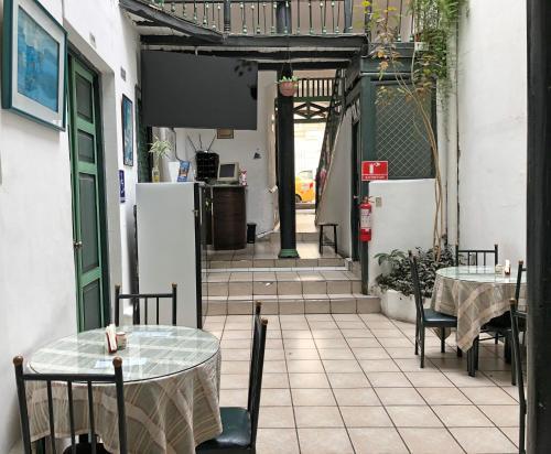 Un restaurante o sitio para comer en Hostal Latina