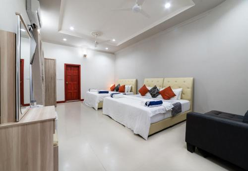 A bed or beds in a room at Ukulhas Beach Inn