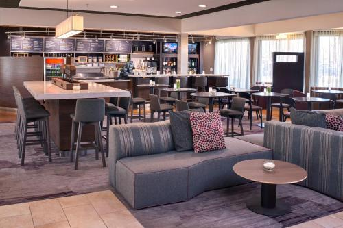 A restaurant or other place to eat at Courtyard by Marriott St. Louis Downtown West