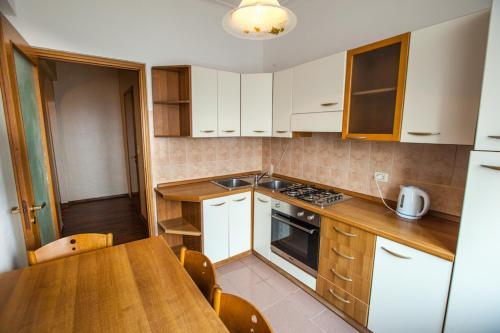 Кухня или мини-кухня в Апартаменты Брусника Красносельская