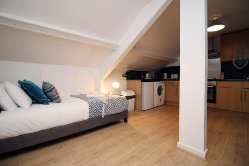 A bed or beds in a room at Chepstow House Apartment 5 by StayBC