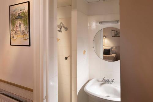 A bathroom at Hôtel du Levant