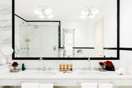 Hotel Bernini Palace tesisinde bir banyo