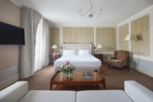 A bed or beds in a room at Hotel El Palace Barcelona