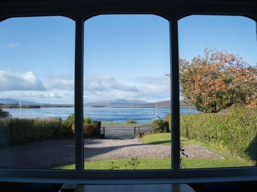 Cosy renovated cottage 100m from Loch Etive, stunning views
