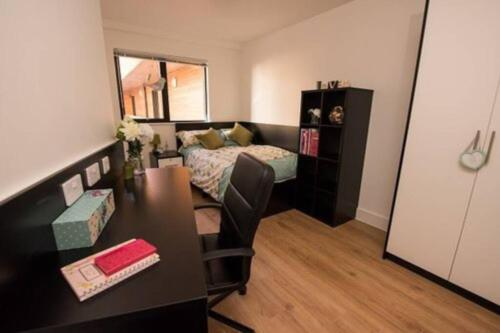 1 bedroom with private ensuite bathroom in 3 bed flat