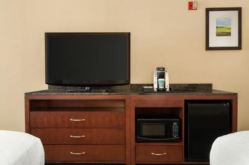 A television and/or entertainment center at Hilton Garden Inn Jacksonville/Ponte Vedra