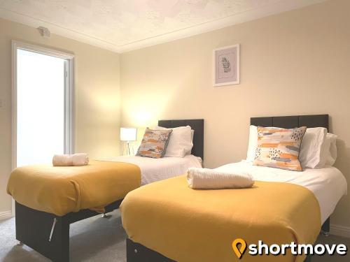 SHORTMOVE - Large House, Sleeps 13, Parking for 4 Vehicles