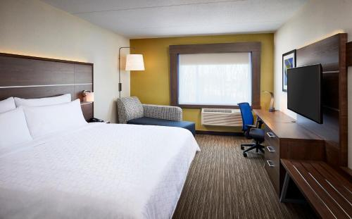 A bed or beds in a room at Holiday Inn Express - Niagara-On-The-Lake, an IHG Hotel
