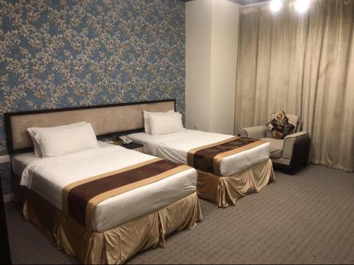 سرير أو أسرّة في غرفة في Peninsula Hotel فندق شبه الجزيرة