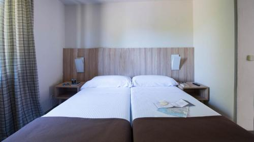 A bed or beds in a room at Benvido Monte Do Gozo