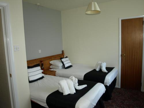 A bed or beds in a room at Burlington Hotel