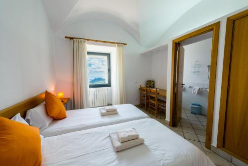 A bed or beds in a room at Petit Hotel Hostatgeria Sant Salvador