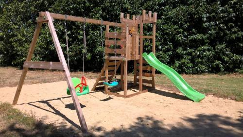 Aire de jeux pour enfants de l'établissement Château de Bournand B&B