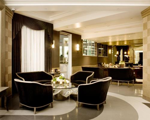 The lounge or bar area at Hotel Shangri-La