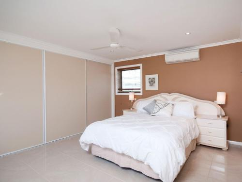 A bed or beds in a room at Bellima Beach House', 9 Jackson Close - huge duplex with air con and fabulous views