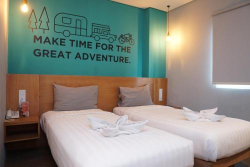 A bed or beds in a room at Radja Art and Boutique Hotel Simpang Lima