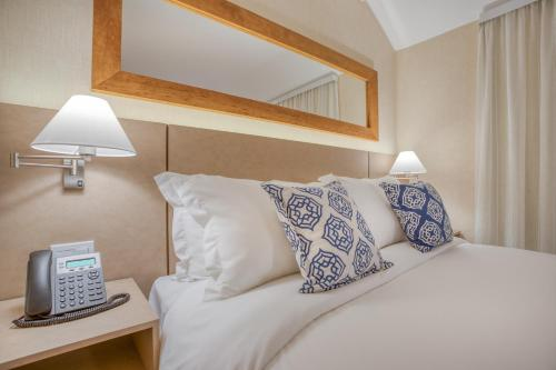A bed or beds in a room at Wyndham Gramado Termas Resort & Spa