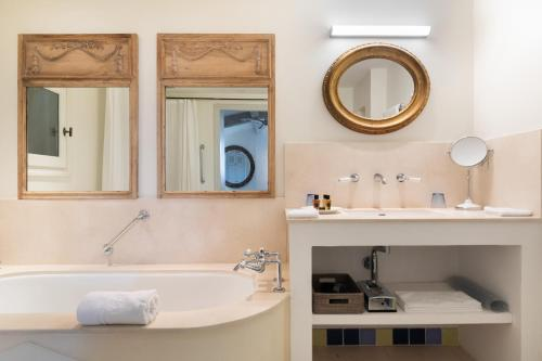 A bathroom at Pastis Hotel St Tropez