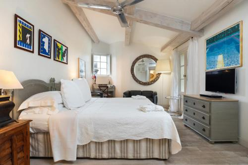 A bed or beds in a room at Pastis Hotel St Tropez