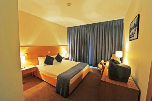 Uma cama ou camas num quarto em Hotel Bienestar Termas de Moncao