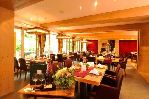 Ein Restaurant oder anderes Speiselokal in der Unterkunft Hotel Maximilian
