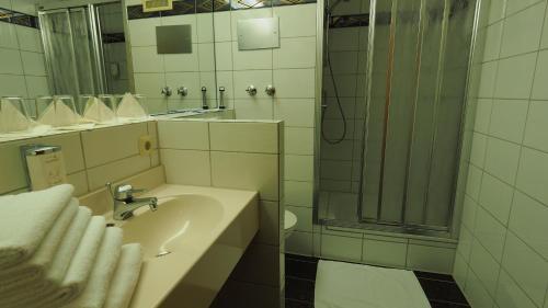 Ein Badezimmer in der Unterkunft Hotel Gasthof Adler