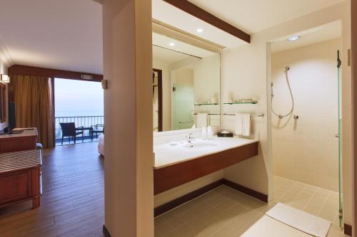 A bathroom at The Bayview Beach Resort