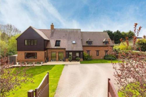 Luxury Spacious House (Sleeps 15) with Large Garden, Trampoline, Pool Table & Gym - Perfect for Contractors and Large Groups by Yoko Property