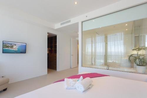 A bed or beds in a room at Oracle Resort Broadbeach - GCLR