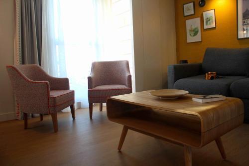 A seating area at Best Western Plus Hôtel Litteraire Alexandre Vialatte