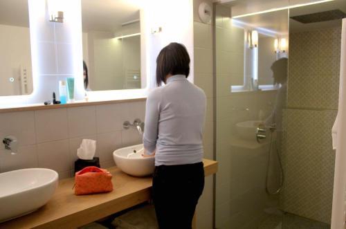 A bathroom at Best Western Plus Hôtel Litteraire Alexandre Vialatte