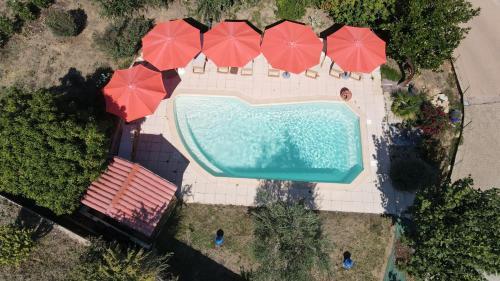 Vue sur la piscine de l'établissement Hôtel des Vignes ou sur une piscine à proximité